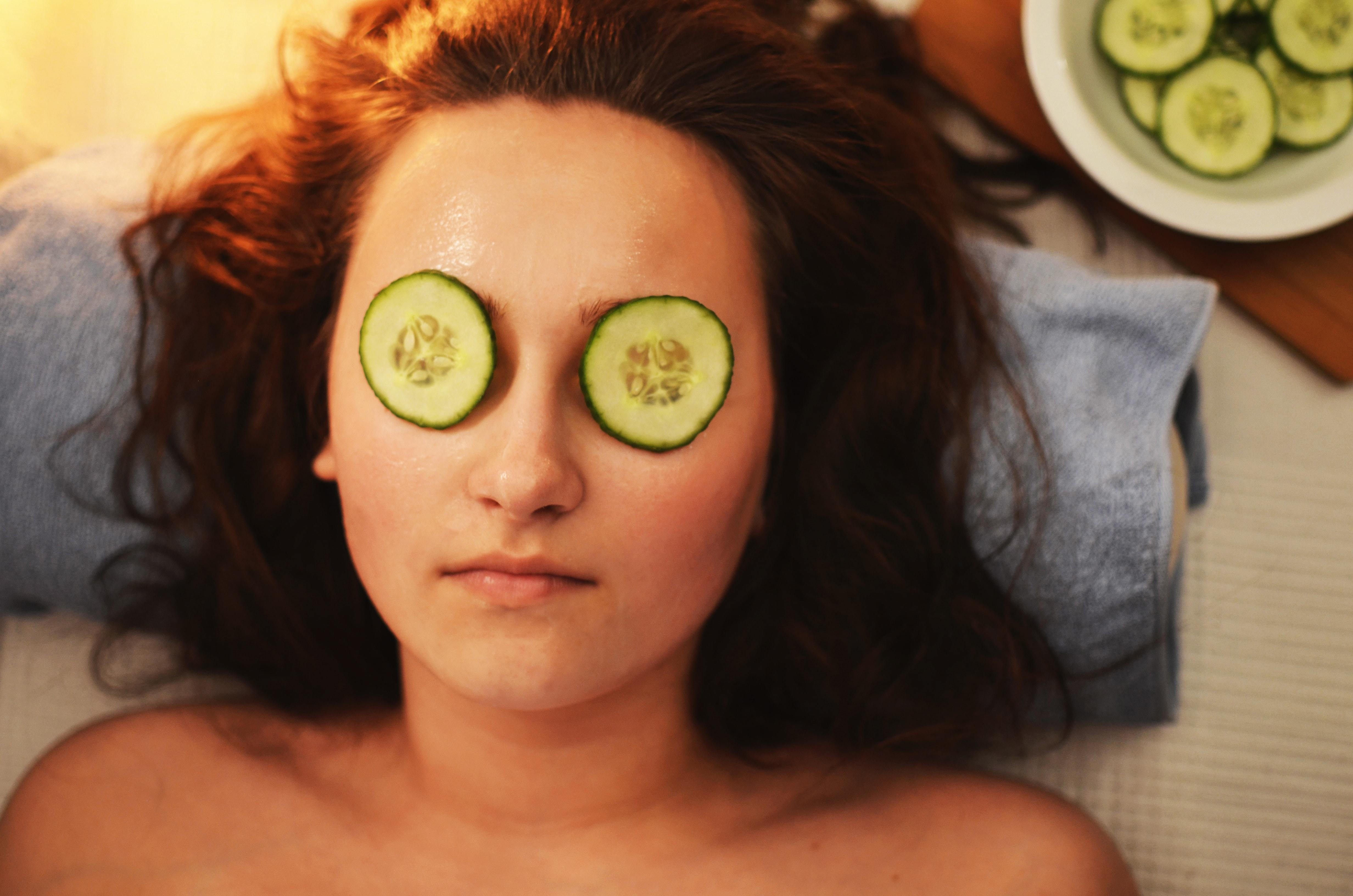 Kvinde slapper af med agurkeskiver på øjnene