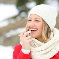 Kvinde med tørre læber bruger læbepomade