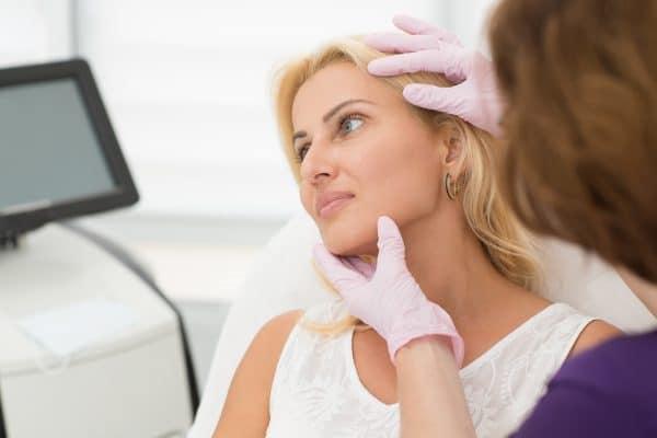 Bumser på halsen - Få guide til behandling af bumser og